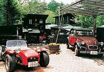 カーマニアとしても知られるオーナー所有の車が展示