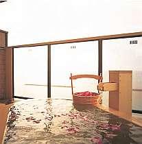 露天風呂付客室。季節の花を浮べます