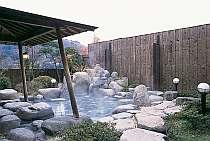 開放感満点の露天風呂。室内温水プールもあり!ゆっくりとお湯をご堪能下さい。