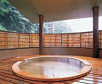 【天】 遠くの山並みまで見渡せる開放的な、大きな檜の専用露天風呂