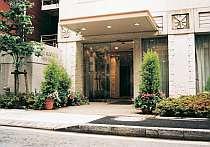 ホテル外観は緑と花に囲まれたさわやかなイメージ