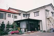 七浦荘の正面玄関。国道から1本道を入ってすぐ左にある
