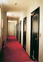 静かさと安全性を重視した機能的なホテルです