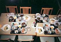 夕食の一例、和洋折衷料理。団らんのひとときを