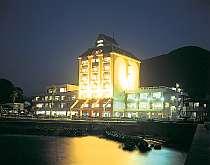 [写真]海に面したロケーションのリゾートホテル