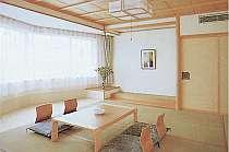 窓が広く、開放的な造りの和室