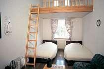 ロフトの部屋は天井が高く広々としてくつろげる雰囲気