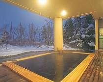 【露天風呂一例】銀世界の立ち上る湯気が幻想的な風景を生みます。