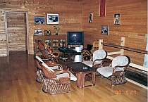 ログハウスならではの木造りのラウンジ