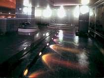 虹色に輝く湯船の「レインボー風呂・開華乃湯」