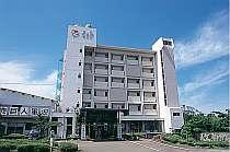 青島ビーチは車で3分。海沿いの老舗ホテル