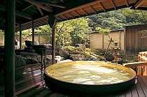 100%ひのきの樽風呂。絶え間なく注ぐ温泉です。ゆったりと浸かりたいですね♪