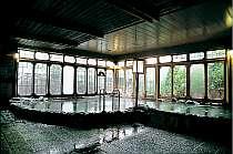 開放感いっぱいの男女それぞれ百坪ある大浴場