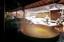 100%ひのきの樽風呂。絶え間なく注ぐ温泉の露天風呂でです。ちらり舞う雪見もできますね♪
