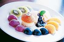季節のフルーツを使ったデザートも美味
