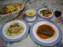 夕食は牛ヒレ肉をメインとした、完全手作りフルコース料理です。