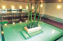 [写真]竹と炭をあしらった女性大浴場。半身浴も出来るよ。