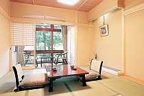 内庭の緑を見ながら寛ぐ和室一例