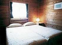 木の温もりが心地よいベッドルームの一例
