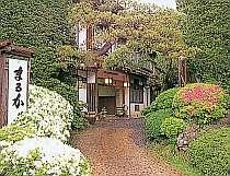 緑と美しい花に囲まれた正面玄関