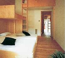 4名までご利用いただける木のぬくもりが優しい寝室