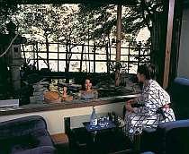 渓流のせせらぎと湯本温泉をお部屋で楽しむ贅沢