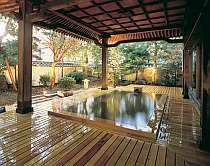 唐破風屋根が風格を醸し出す木の香り豊かな露天の檜風呂
