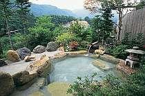 女性用の露天風呂。たっぷりの緑を楽しんで