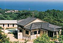 伊豆諸島を見渡す高台に建つ宿