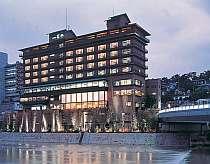 大阪からJRで約25分。宝塚駅から徒歩約5分と近い