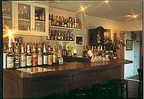 酒類も豊富なカウンターで、ナイトタイムを過ごす