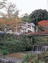 渓流(鈴川)前に佇む旅館