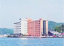 舞鶴港に面した立地