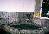 伊豆石造りの天然温泉貸切風呂で寛ごう