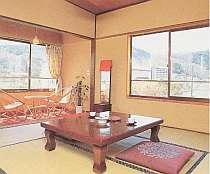 四季折々の山々や、川のせせらぎが響く客室