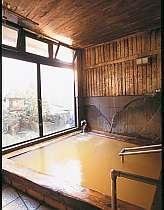 「武田信玄」縁の秘湯『毒沢鉱泉』は檜の天然温泉