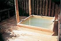 乳白色の湯の露天風呂を存分に