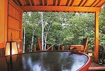 土の素朴な味わい、信楽焼きの陶器風呂