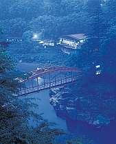 国道沿いの木曽川に映える温泉旅館