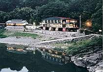 木曽川沿いに位置する自家源泉旅館