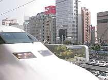 新幹線ホームからホテル(茶色)がご覧頂けます。