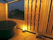 海が眺められる客室専用露天風呂二人でも入れる湯舟。夜は星を見上げて心も癒される