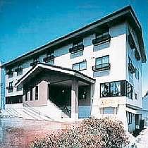 ゴンドラまで徒歩5分の4階建てのベージュ色の落ち着きのある建物