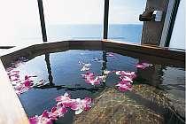 花を浮かべて浸かる客室の露天風呂
