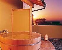 露天風呂付の客室。2人で海と夕陽を独占!