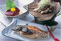 香ばしい自家製朴葉味噌焼きや川魚などの夕食(一例)