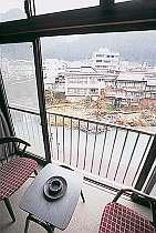 客室からは吉田川や新橋が見える