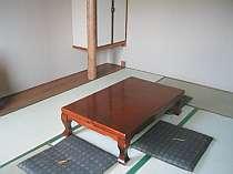 お風呂・トイレなしの和室6畳。角部屋、どうぞ足を伸ばしてお寛ぎください。