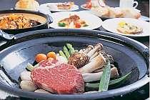 [写真]黒鍋で頂く特選但馬牛ステーキは最高!