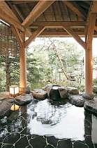 露天風呂「玄武」庭の草花、冬は雪見も楽しめます。